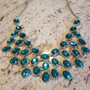 Jewelry - Emerald green and gold bib necklace